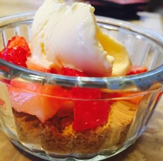 The 10-minutes Strawberry and Vanilla Ice Cream Pie